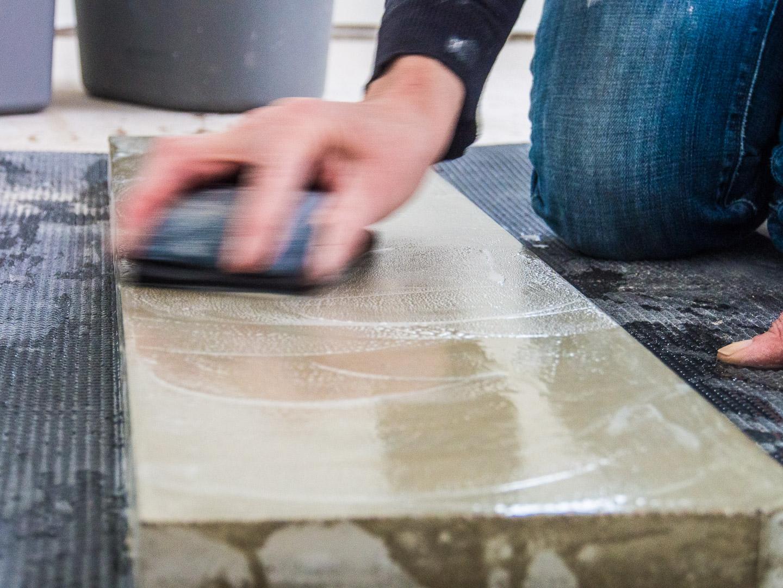 Slipa betong med sandpapper